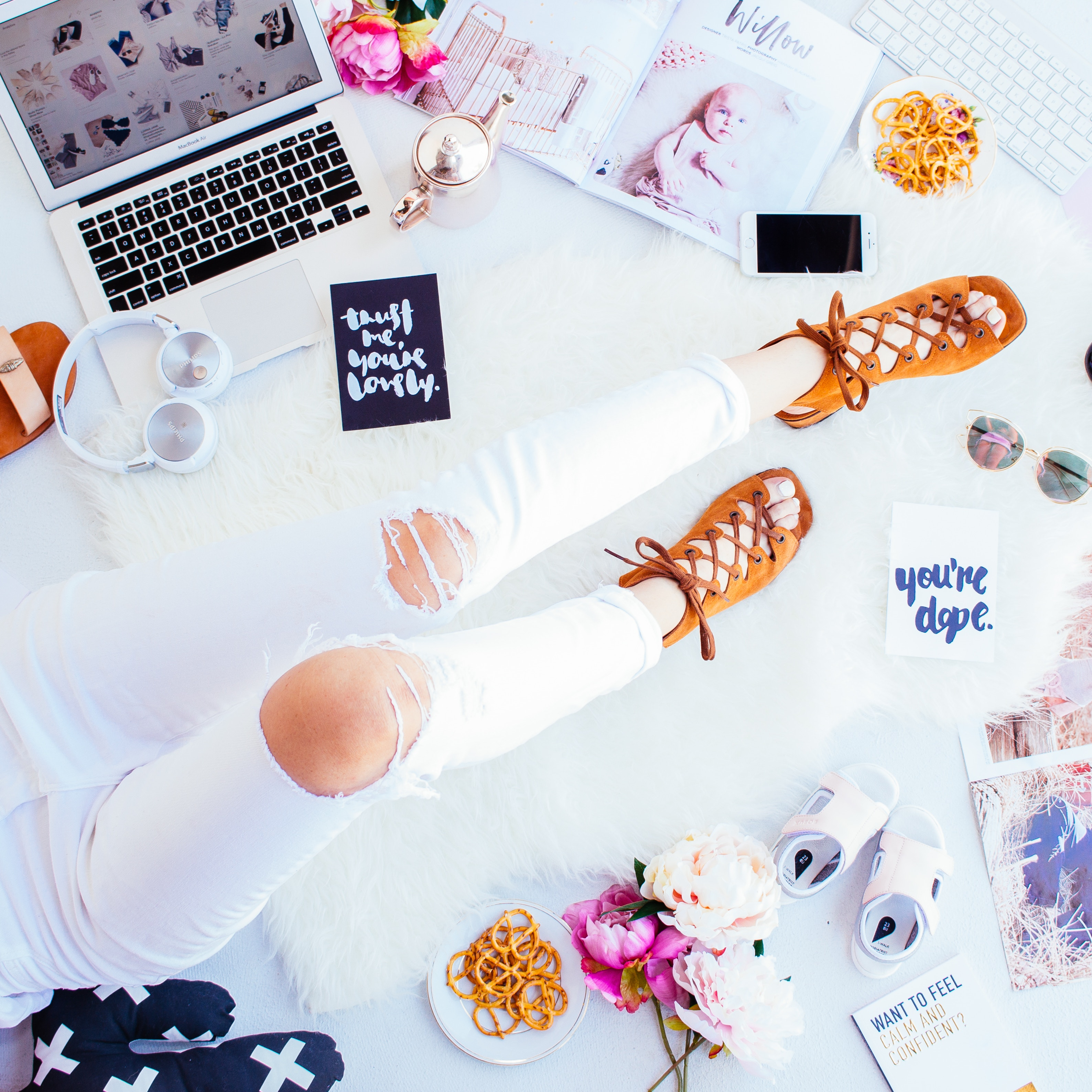 How To Create A Vision Board. Simple #ideas on how to make a vision that that truly inspires you! I loved the real life example of how the law of attraction that really work when you create a vision board! #goals #momboss #bossbabe #inspiration #motivation #goalsetting #visionboard #lawofattraction #girlboss #mindset #dreams #DIY